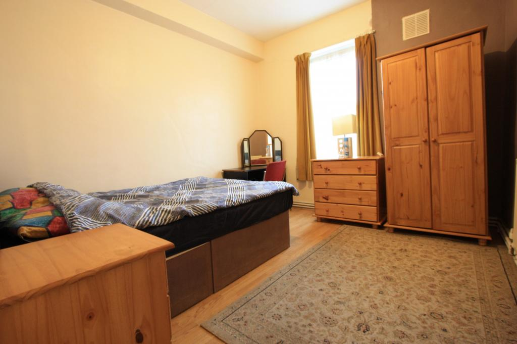 3 bed Flat for rent in London. From Parkside Estate Agent